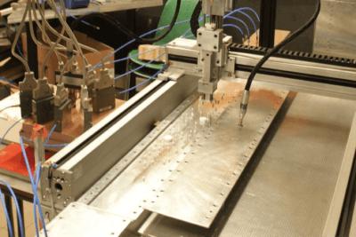 Abb.: Experimenteller Aufbau des Anti-Lasers: Im Inneren eines Wellenleiters befindet sich ein ungeordnetes Medium bestehend aus zufällig positionierten Teflon-Zylindern, an denen einlaufende Mikrowellensignale auf komplexe Art und Weise gestreut werden. (Bild: TU Wien)