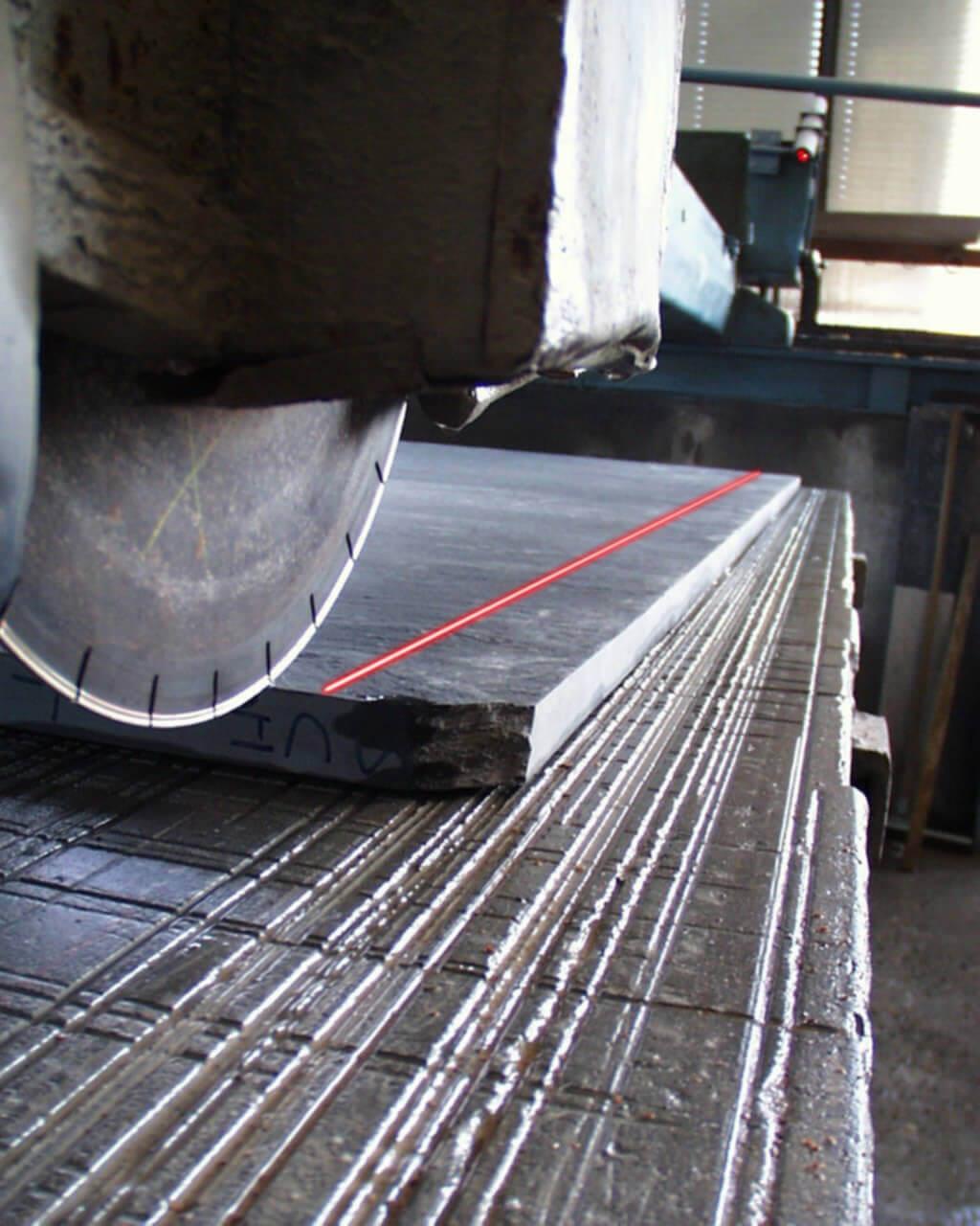 Laserunterstützung bei Steinbearbeitung Gattersaege
